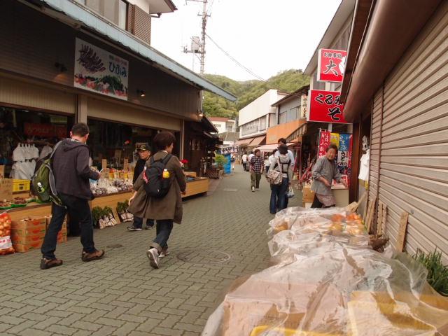 電車に乗って長瀞駅へ。岩畳商店街で一服