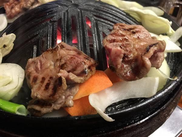 札幌名物グルメ⑦味付きでも生でも!ソウルフードのジンギスカン