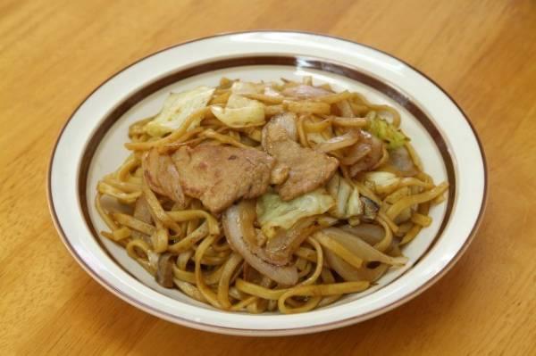 青森県名物グルメ③中華麺と美味しいソースの合わせ技「黒石やきそば」