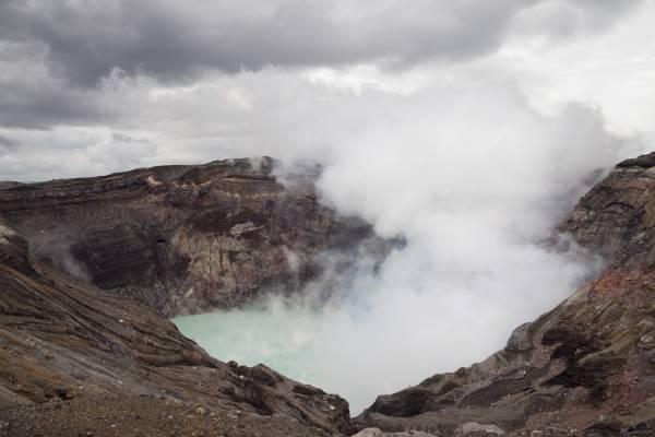 活火山・阿曽山のカルデラ