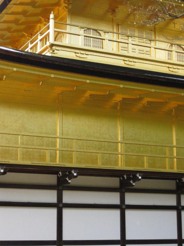 金閣寺トリビア②使用されている金箔の量は約1億円