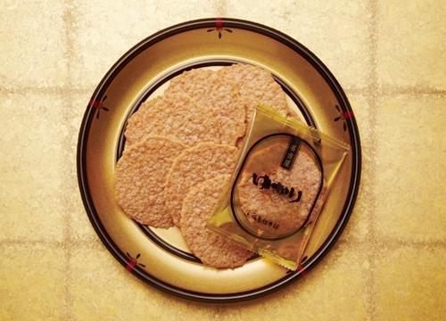 名古屋お菓子のお土産ランキング①名古屋人はゴールドがお好きその1「えびせんべい ゆかり黄金缶」2
