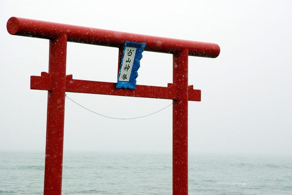 由良海岸に立つ白山神社の一の鳥居
