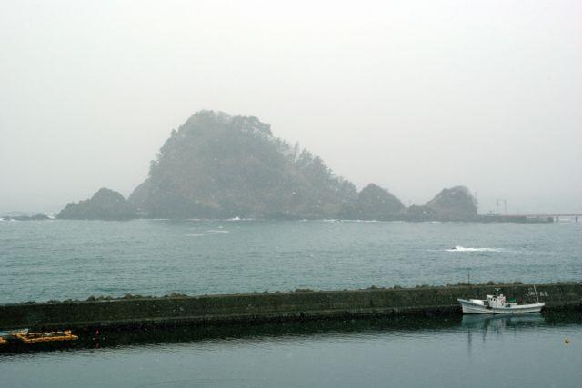 由良漁港から見た白山島